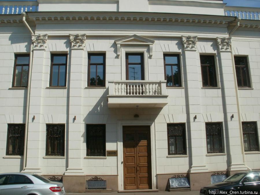Улица Казакова названа в 1939 году в память великого русского архитектора Матвея Фёдоровича Казакова (1738-1813).