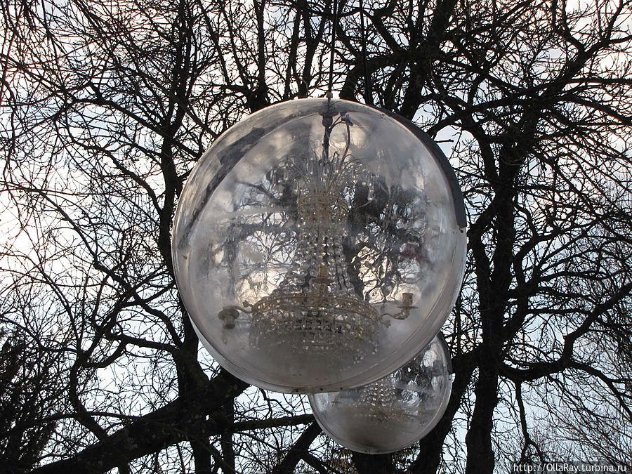 Украшение — подсветка в парке.