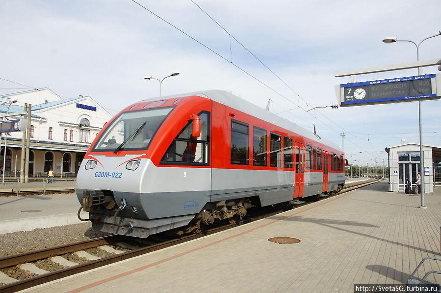 Поезд состоит всего из одного вагона, но в нем есть туалет.
