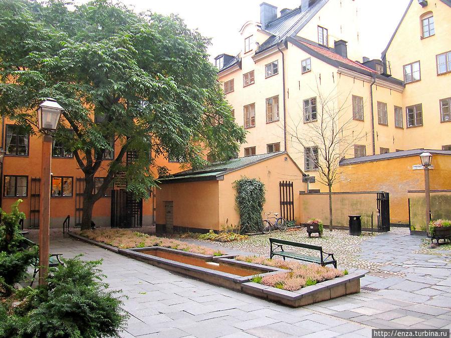 Вот мы и во дворике Bollhustäppan. Под большим деревом слева притаилась фигурка Финского мальчика.