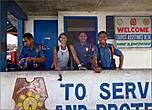 *За жизнью города зорко следит полиция, на опорный пункт которого я наткнулась в центре города. Полицейские не поленились остановить меня и спросить, откуда я, где проживаю на Филиппинах и зачем в Губат приехала. Удовлетворившись ответом, что я всего лишь туристка, а в Губате нужно купить билеты на автобус, они с радостью сфотографировались со мной на память. Бдительность прежде всего...