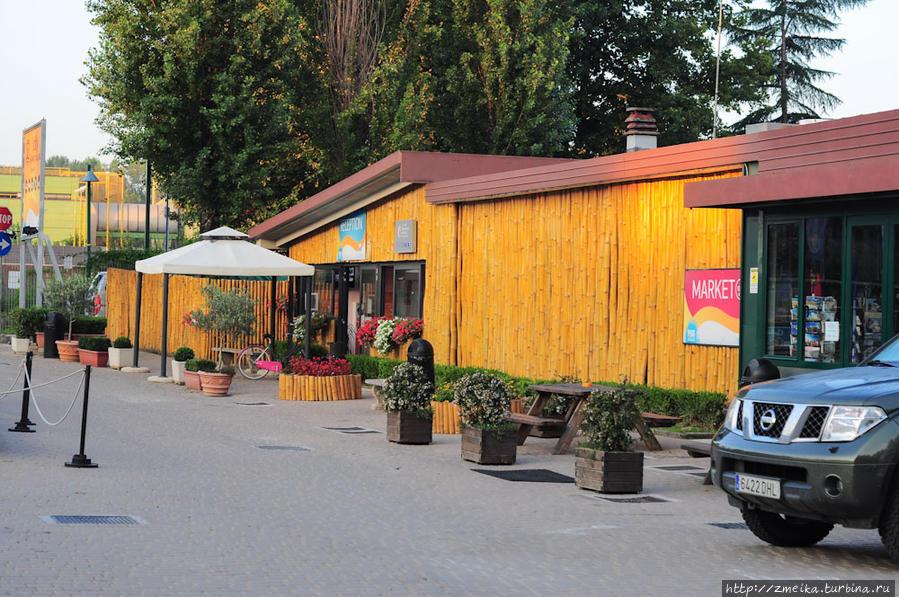 Ресепшен расположен у самого въезда на территорию (он слева за бортом этой фотографии), а справа от него магазин.