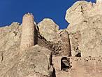 Видимо в свое время эта прилепившаяся к скалам крепость помимо неприступности была еще и красавицей- даже то, что осталось от нее на сегодня  выглядит красиво и внушительно.
