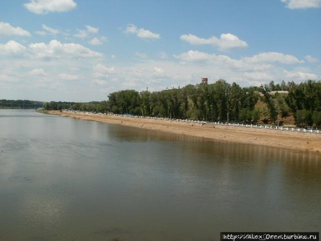 Вид с пешеходного вантового моста через Урал.