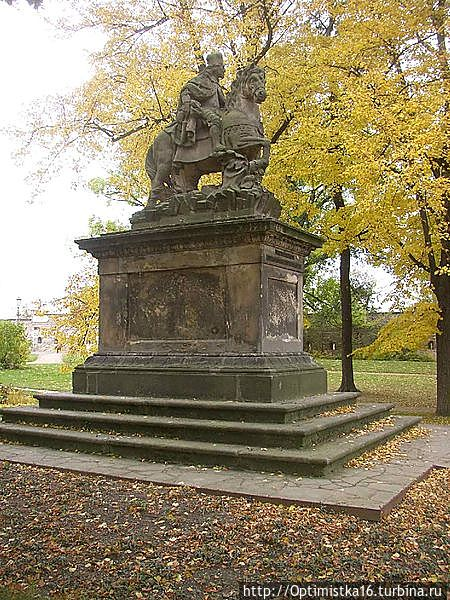 Интересно, что двести лет площадь украшал другой князь Вацлав — работы скульптора XVII века Яна Иржи Бендля. Теперь эта скульптура находится в садах Вышеграда. (Фото из интернета)