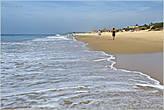 Волны накатывают на берег на добрый десяток метров. А во время штормов — и того больше. Поэтому строения расположены от моря довольно далеко... *
