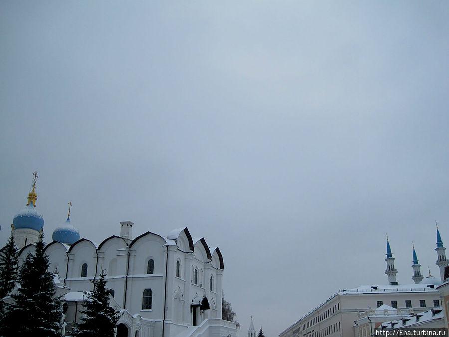 Фото, на котором видны православные купола Благовещенского собора и минареты мечети Кул Шариф