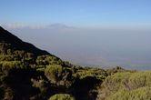 Килиманджаро на горизонте, вершина Кибо. Небольшой уступ справа — вершина Мавензи.