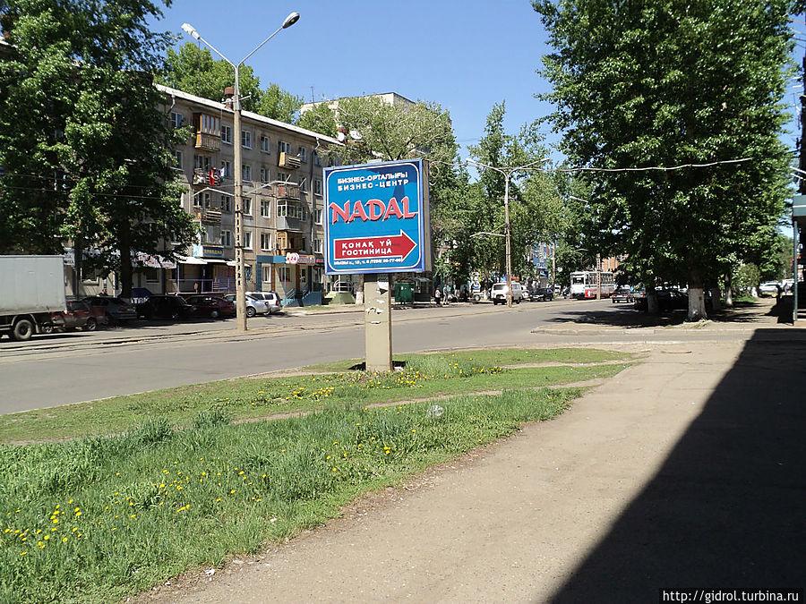 Указатель гостиницы с проспекта Казахстан.