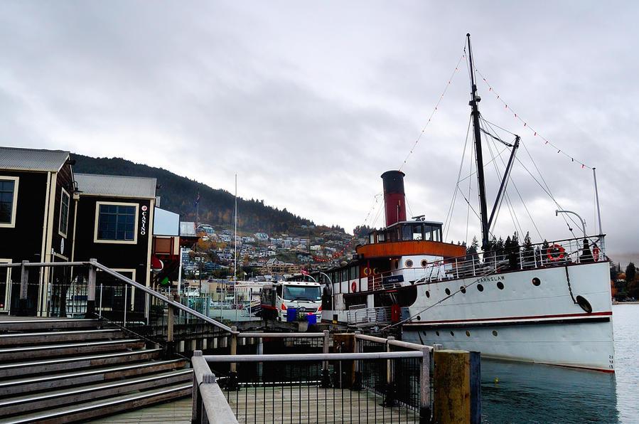 Исторический пароход Earnslaw у причала Квинстаун, Новая Зеландия