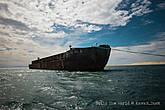 Корабль на ходу и наполнен солью. А ржавые они тут все из-за огромного количества соли вокруг, которая постоянно окисляет металл
