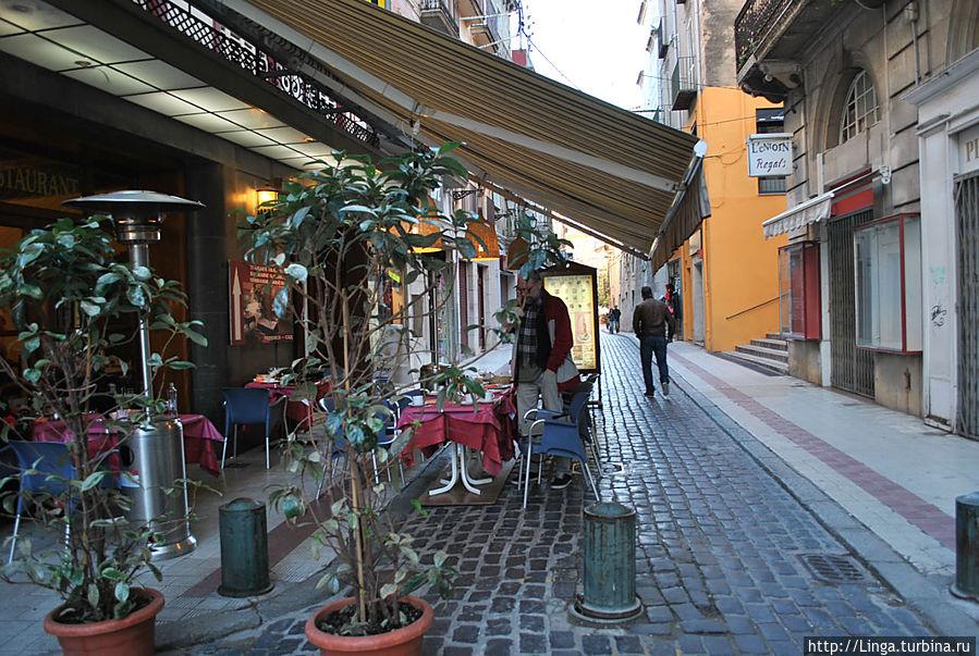 Ресторан буквально напротив лестницы, ведущей в музей Дали...