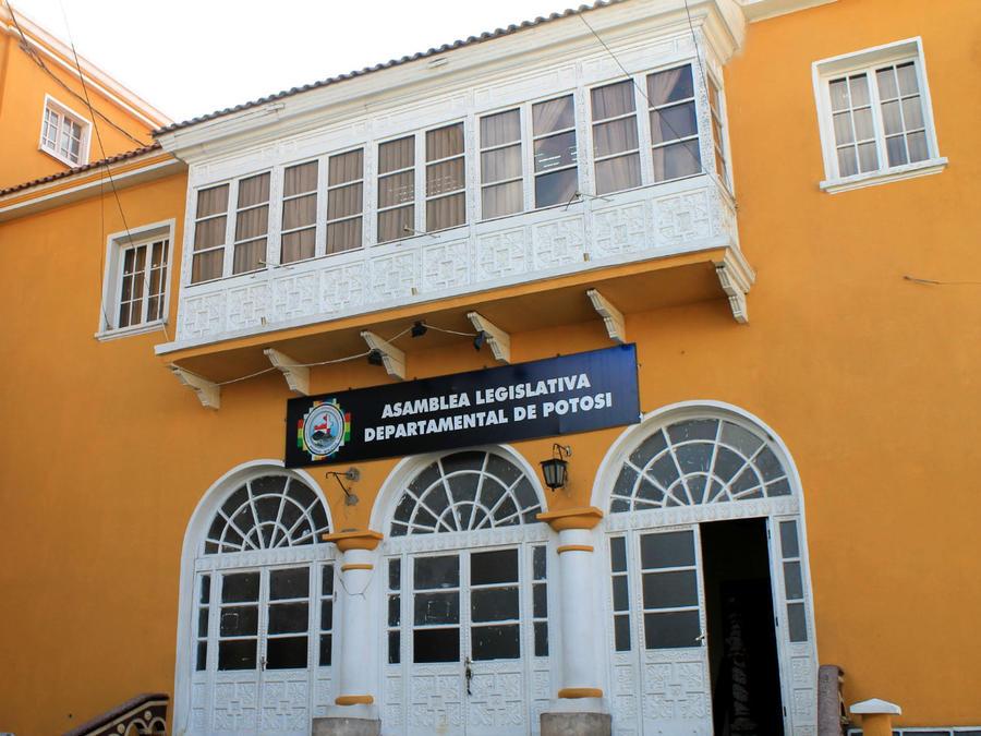 пристройка нового помещения после ретаврации старинного отдана законодательному собранию департамента (эквивалент штата)