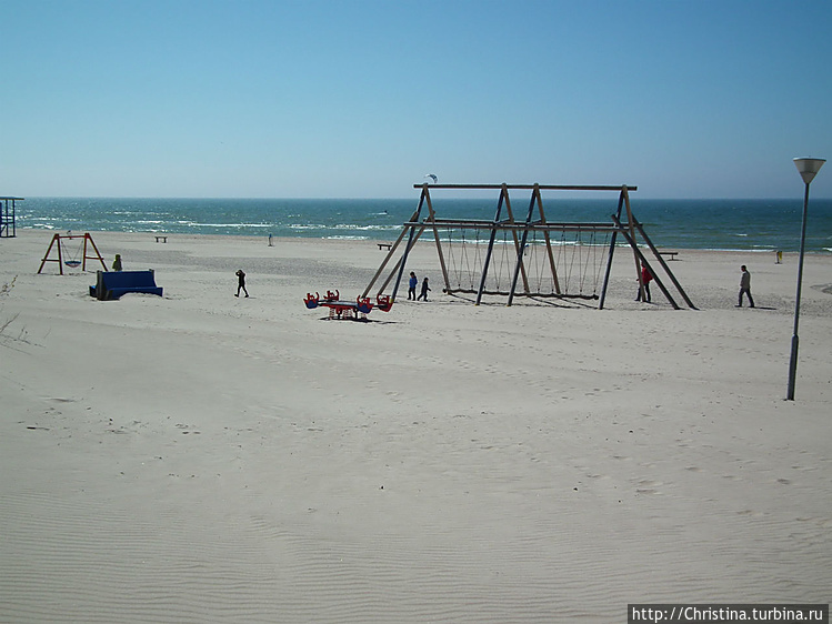 На пляже много детских ра