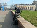 Городская скульптура. Мать, дитя и голубь