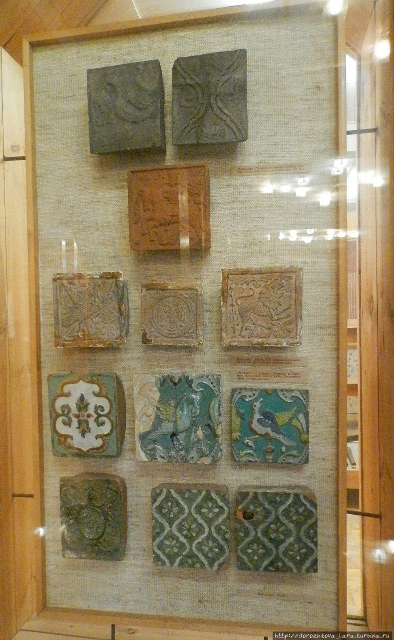 Балахнинские изразцы имели рельефные узоры, которые отпечатывались на глине специальными деревянными формами. Обычно изображались фантастические птицы, плоды, вазы с цветами. Плитки покрывались стекловидной массой (поливой), которая придавала им блеск и яркость. Красочная гамма изразцов включала зеленые, золотистые, белые, синие, голубые и красно-коричневые тона. Архитектурные изразцы использовались для покрытия куполов церквей, кровель, застилки полов, украшения наличников и стен каменных зданий. Архитектурные изразцы перестали изготовлять в 18 веке.