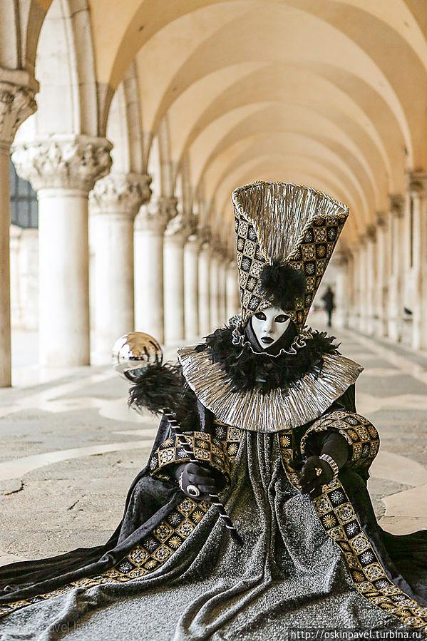 Лишь время сквозь щели сочится луной, лиц не видно... Венеция, Италия