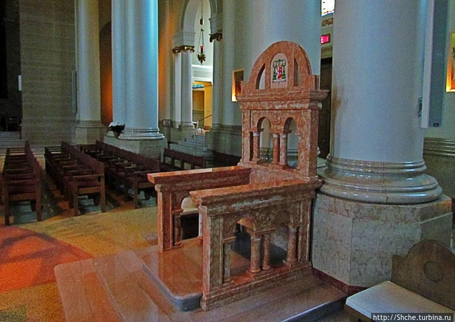 это, похоже и есть епископская кафедра, по крайней мере есть епископский герб на спинке
