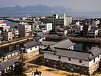 Виды с верхнего этажа донжона. Во дворе можно заметить конную статую Тодо Такаторы.