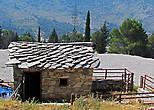 У монастыря заметил строение с оригинальной крышей из песчаника. Я потом видел подобные, но только в Боснии и Герцеговине