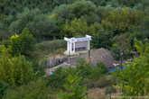 За монастырской скалой приютилось типичное молдавское село Бутучены. Многие местные жители открывают у себя дома что-то вроде постоялых дворов.
