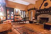 Камин, диваны, слева стоит витрина, в которой находится реликвия семьи — форма короля.