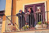 Многие местные жители наблюдают за представлением со своих балконов и из окон.
