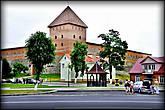 Замок Гедимина  Строился в 1320-1330 годах. Башни замка были разрушены шведами в начале 18 века, а к началу 20в были более чем наполовину разрушены стены и валы.  С 1982 года ведётся плановая реставрация; к 2009 году восстановлены три стены и одна башня.