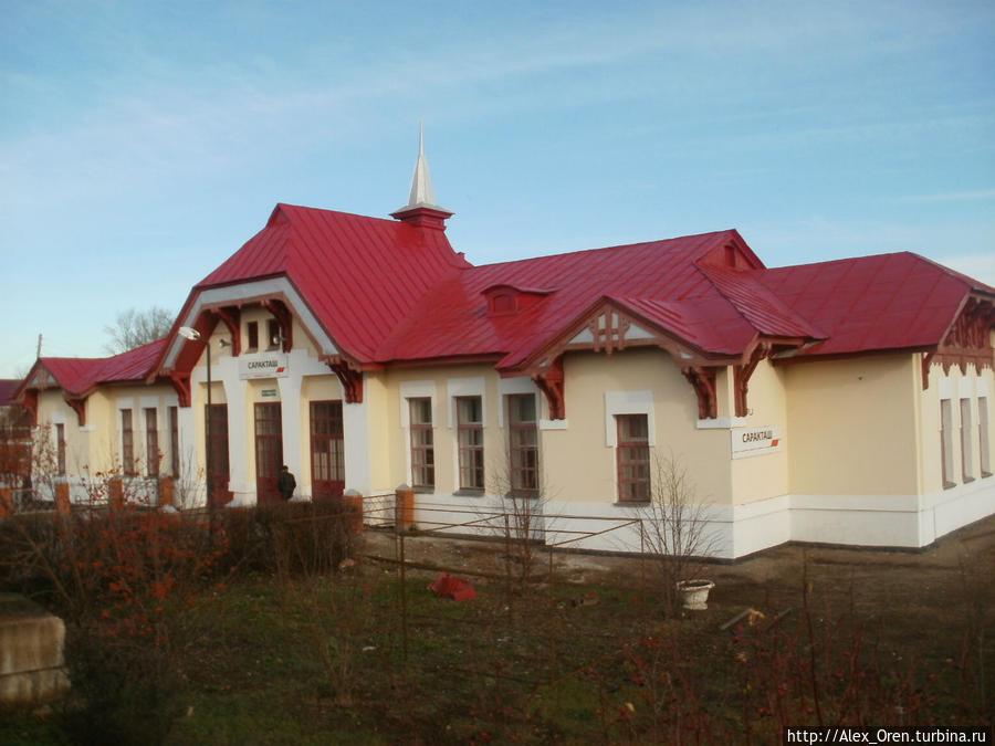 Железную дорогу из Оренбурга начали строить в 1909 году. В 1913 году недалеко о станицы Воздвиженской была построена станция и при ней посёлок Саракташ. Во время гражданской войны станица Воздвиженская была сожжена отрядом красной гвардии.