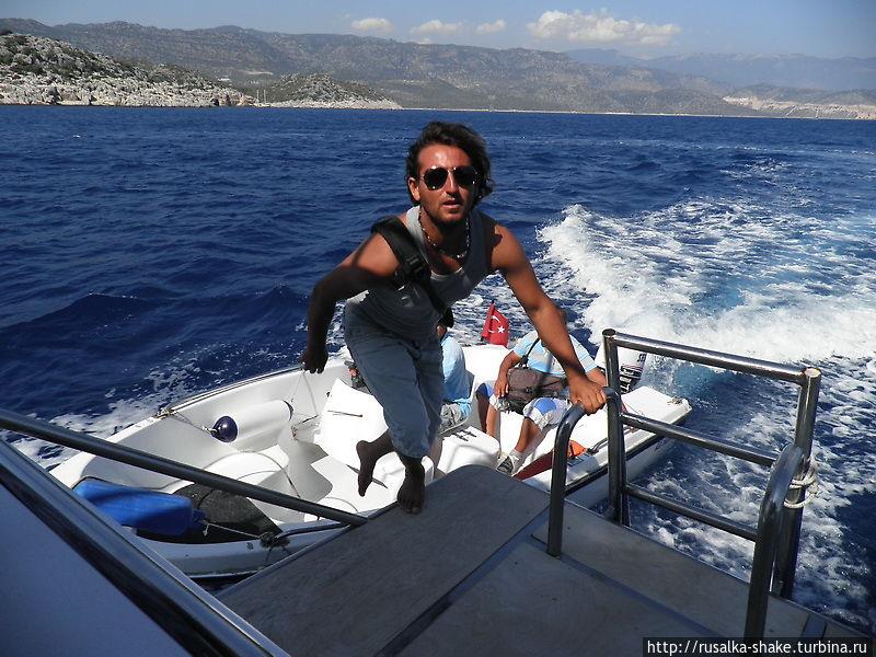Этот фотограф приехал на своей моторке, поснимал и быстро переместился на другую такую-же яхту с туристами))