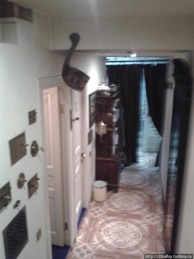 Проход в подсобные помещения и санузел