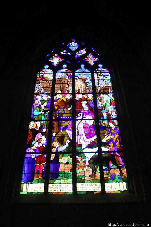 Витраж изображает сцену приезда Анны Бретонской в Динан.