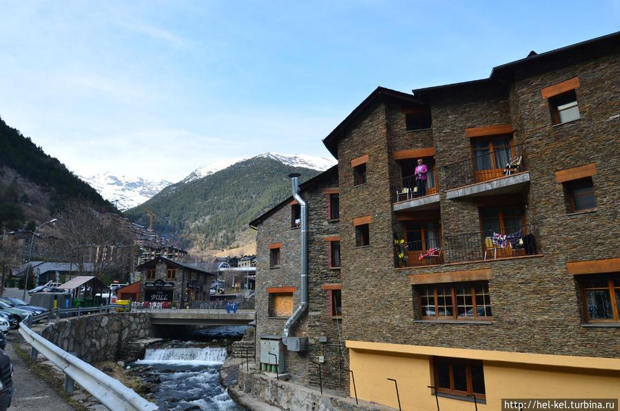 вид через реку на отель
