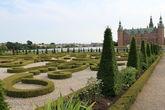 Выстриженные вензеля нынешней королевы Маргарет II. В парке высажено около 65 тысяч кустов самшита, несколько тысяч грабовых деревьев и несколько сотен тисов.