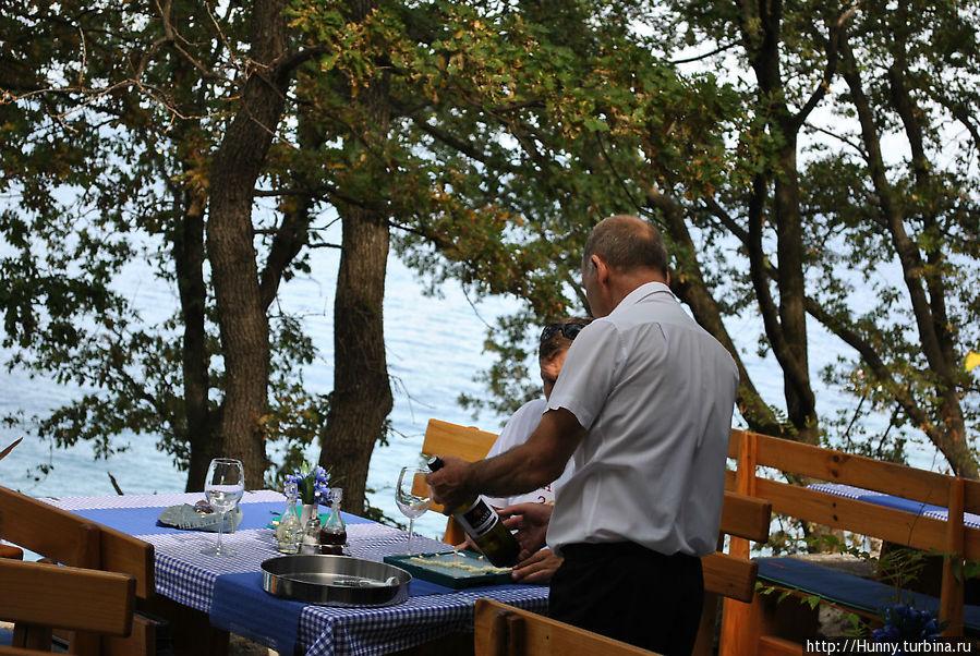 Наш официант, скорее всего, он же и хозяин ресторанчика