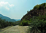 после Черепиша дорога идет вниз, пересекаем реку  и аж до Своге уже продолжаем путь по днижу вдоль Искыра