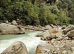 Почти на всем своем протяжении, до впадения в полноводную Кали-Гандаки, Моди-Кхола встречает на своем пути препятствия в виде огромных валунов, упавших с гор.