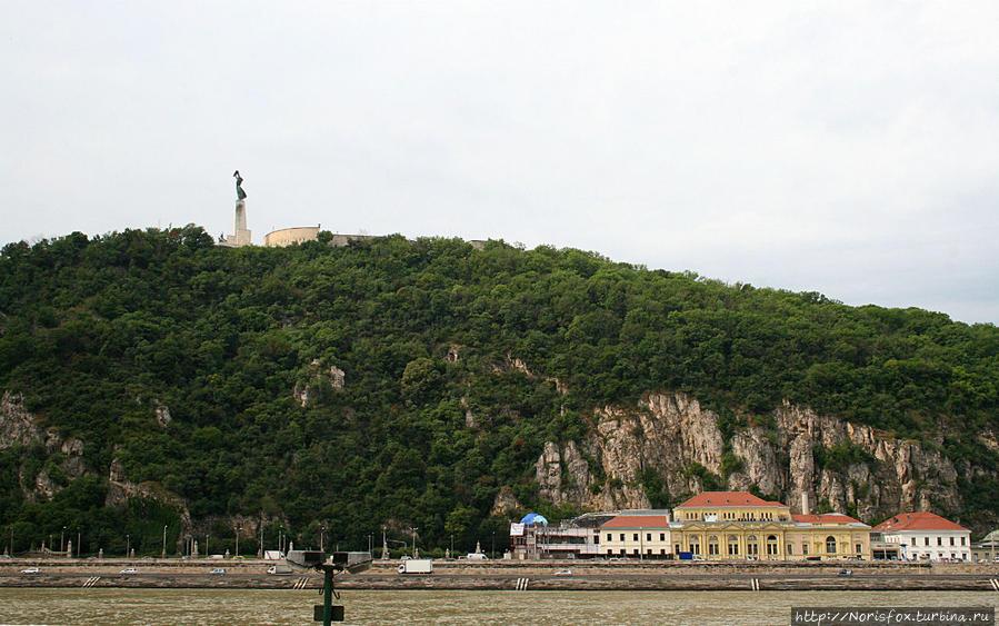 гора Геллерт и памятник Свободы на верху Будапешт, Венгрия
