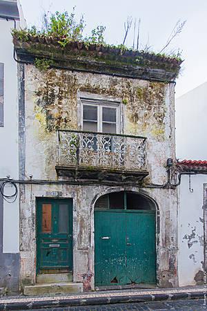 Местами в Понта-Делгада встречаются такие заброшенные дома.