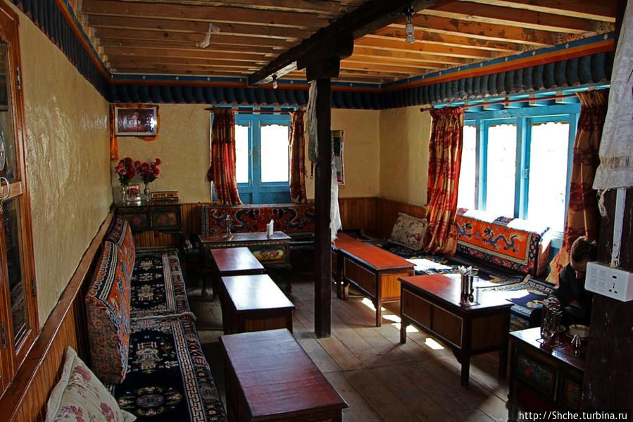 комната, куда приносят еду — это традиционный тибетский расклад. только в жилых домах в таких комнатах еду и готовят на печках посреди помещения
