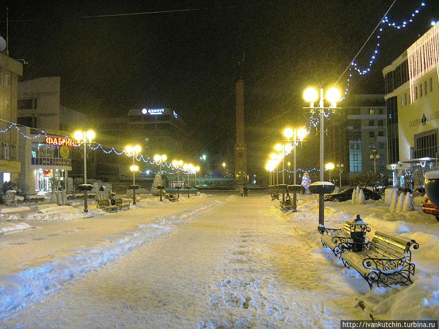 Центр города, на заднем плане Азимут (зима, однако)