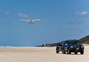на пляж садятся прогулочные самолеты