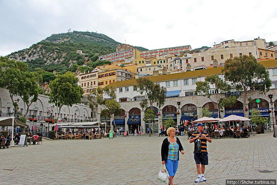 Справа казематы, сейчас Casemate Market Гибралтар город, Гибралтар