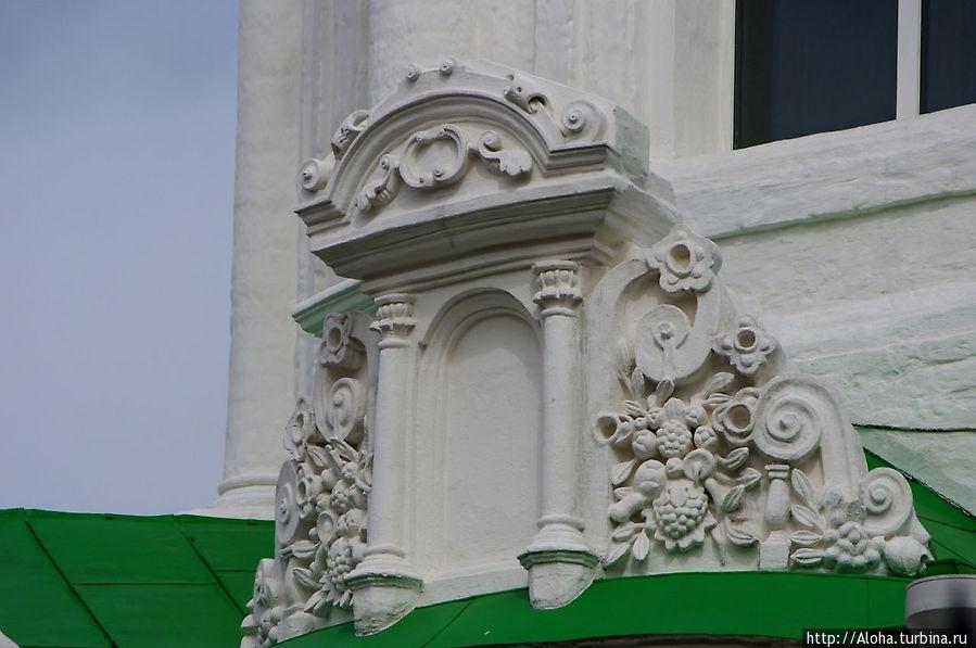 Растительные орнаменты символизируют плодородие и изобилие земли обетованной.