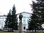 Как же в Ленинске и без Ильича? Но стоит он почему-то не на главной площади, а перед зданием городского суда. Вероятно потому, что он написал в какой-то своей работе: