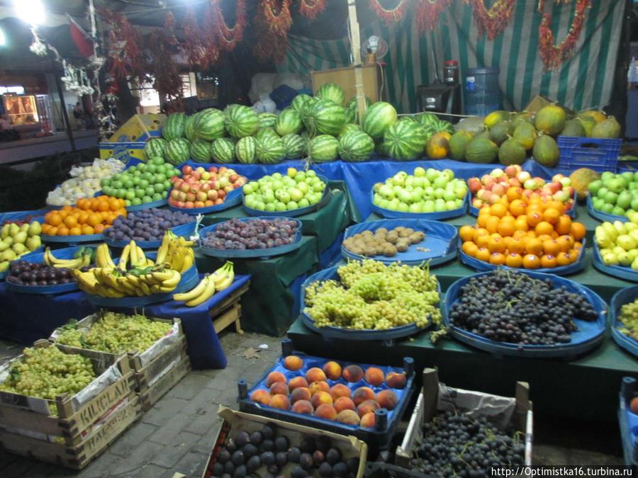 Небольшой рынок недалеко от отеля