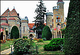 Замок представляет грандиозное сооружение, в котором гармонично сочетаются разнообразные архитектурные стили (романский, готика, ренессанс).
