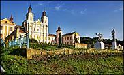 Монастырь Иезуитов или Ансамбль коллегиума. Построен в 1731-1743 гг, в стиле барокко, похож на шикарный дворец . Состоит из костела и двух учебных корпусов.