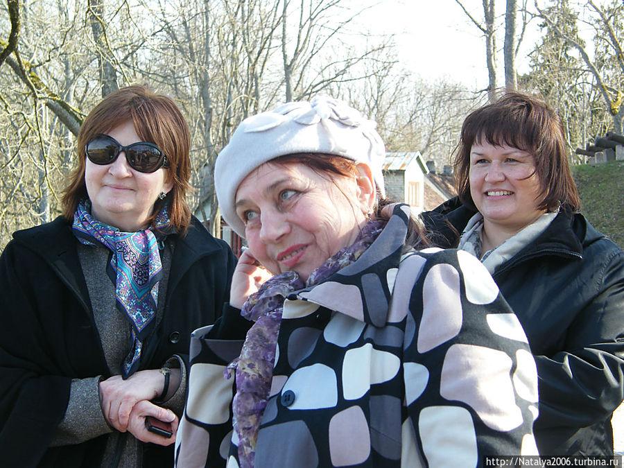 В центре — наш экскурсовод Людмила