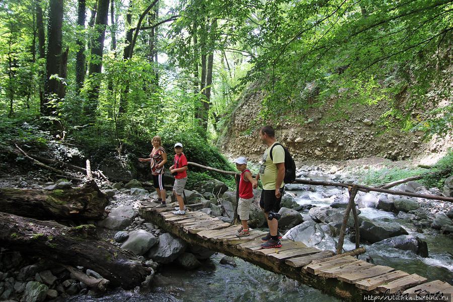 Переходим речку по мостику.Тогда мы еще не знали,что мостиков нет на маршруте к водопаду